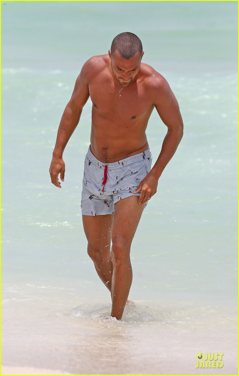 jesse williams shirtless miami vacation 03