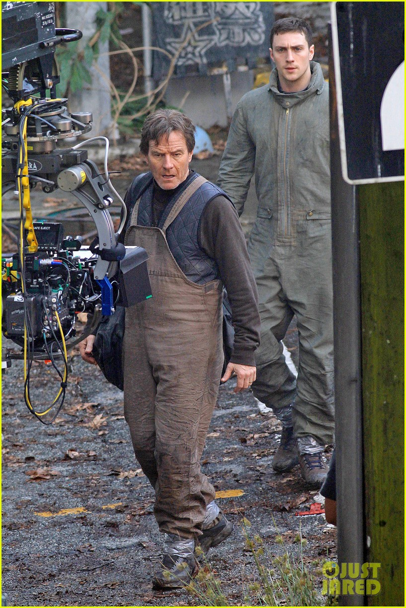 aaron taylor johnson godzilla set with bryan cranston 03