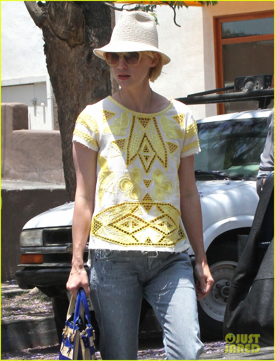 january jones hides new haircut under hat 042891374
