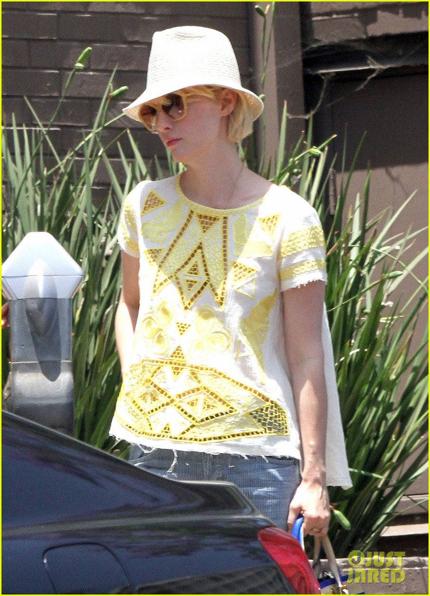 january jones hides new haircut under hat 062891376