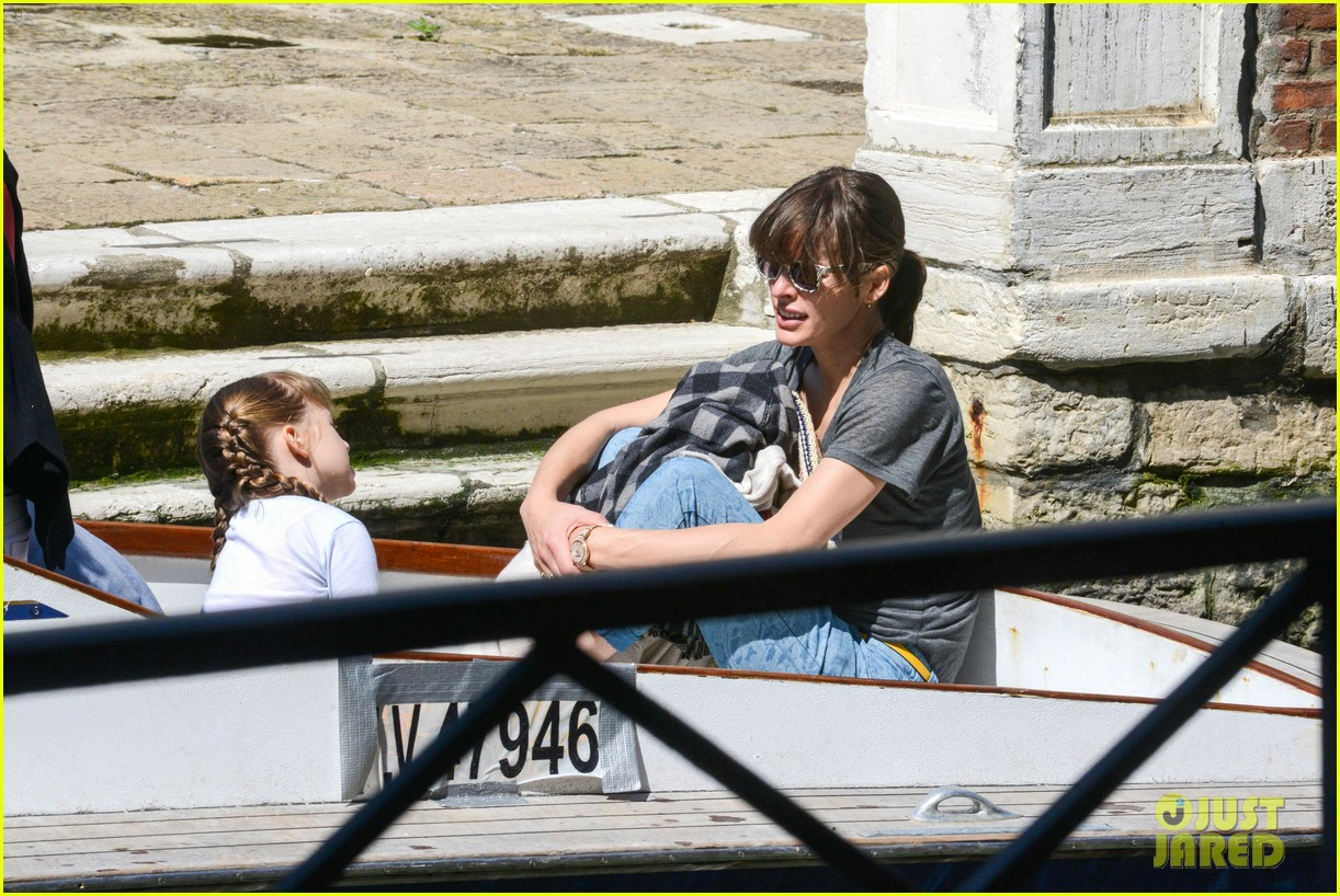milla jovovich gondola ride in venice with ever 04