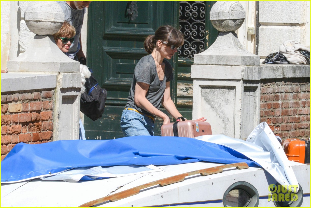 milla jovovich gondola ride in venice with ever 05