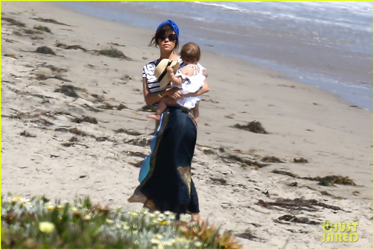 kourtney kardashian hits the beach after kim baby is born 06
