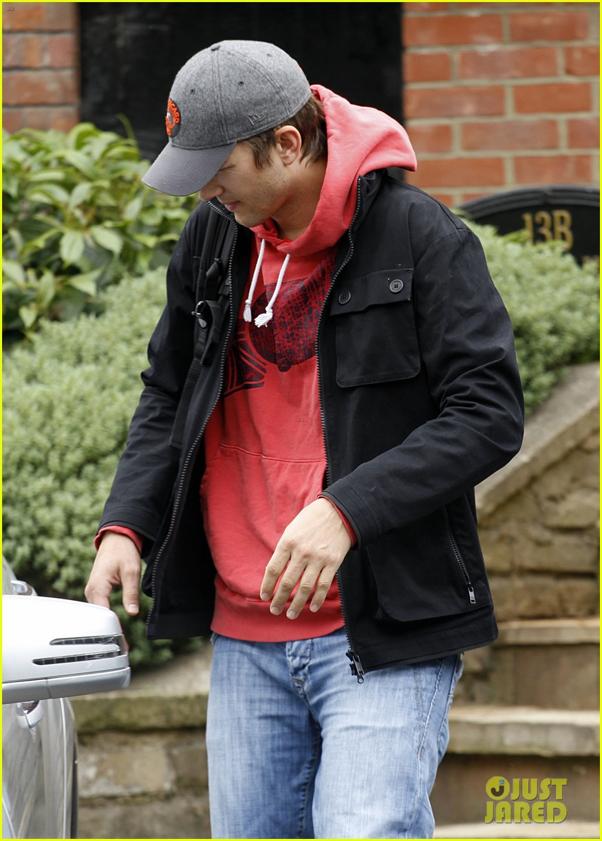 ashton kutcher heads to heathrow for flight out of london 11