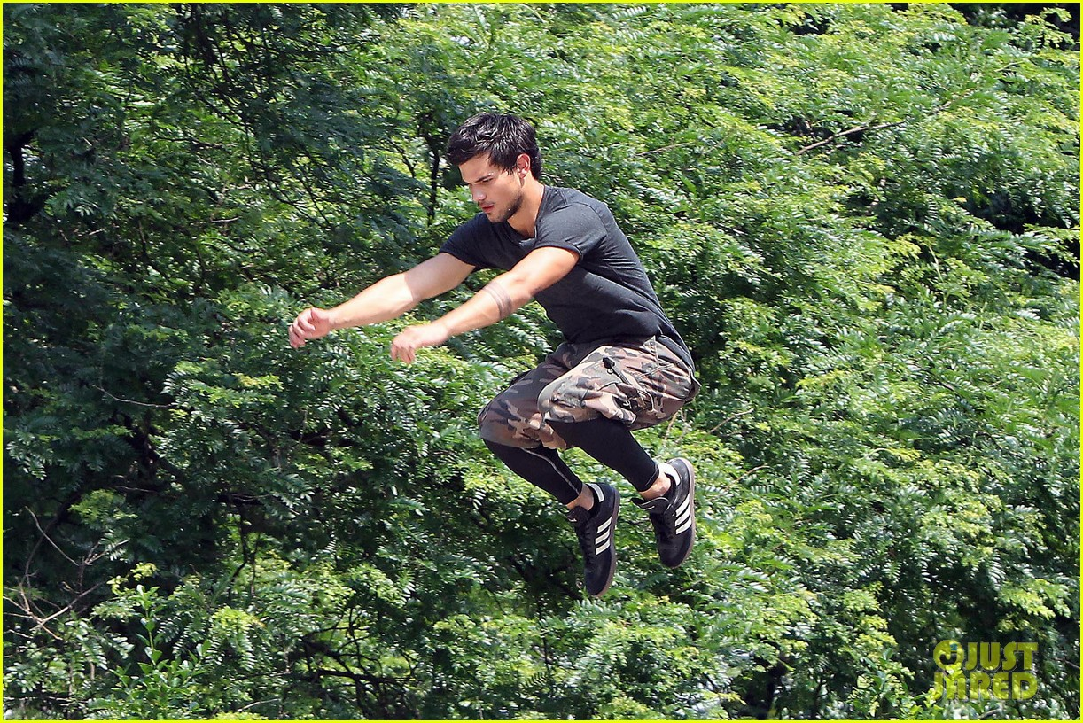 taylor lautner tracers shirt lift 06
