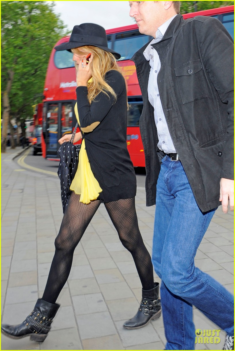 blake lively ryan reynolds stylish london hotel exit 10