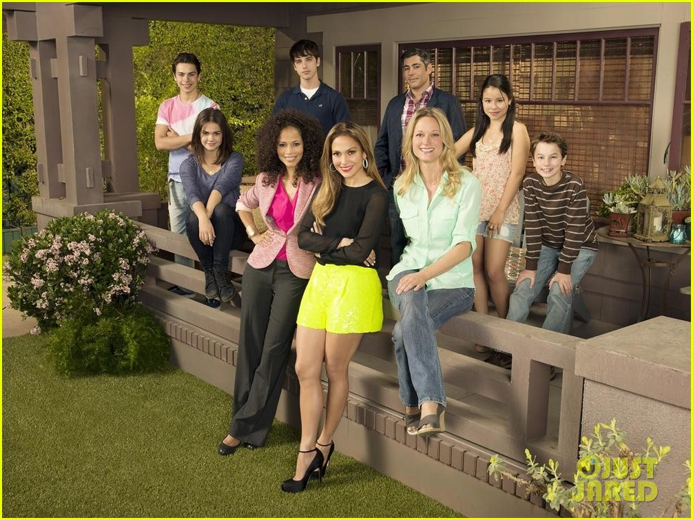 jennifer lopez poses with the fosters cast for promo pic 02