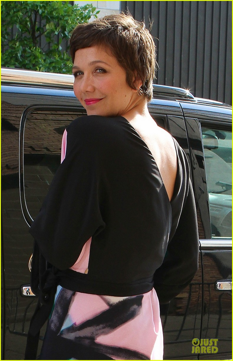 maggie gyllenhaal talks breast feeding on chelsea lately 022898086