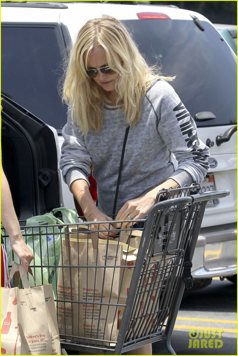 malin akerman shops after juvenile camp visit 18