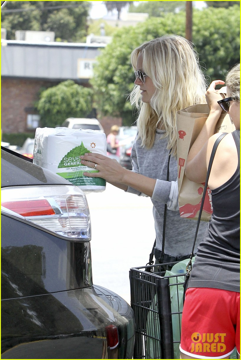 malin akerman shops after juvenile camp visit 19