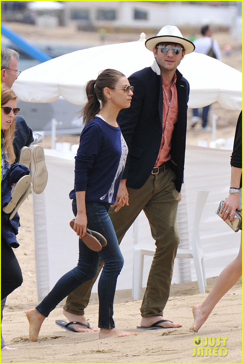 ashton kutcher mila kunis kisses in saint tropez 012887666