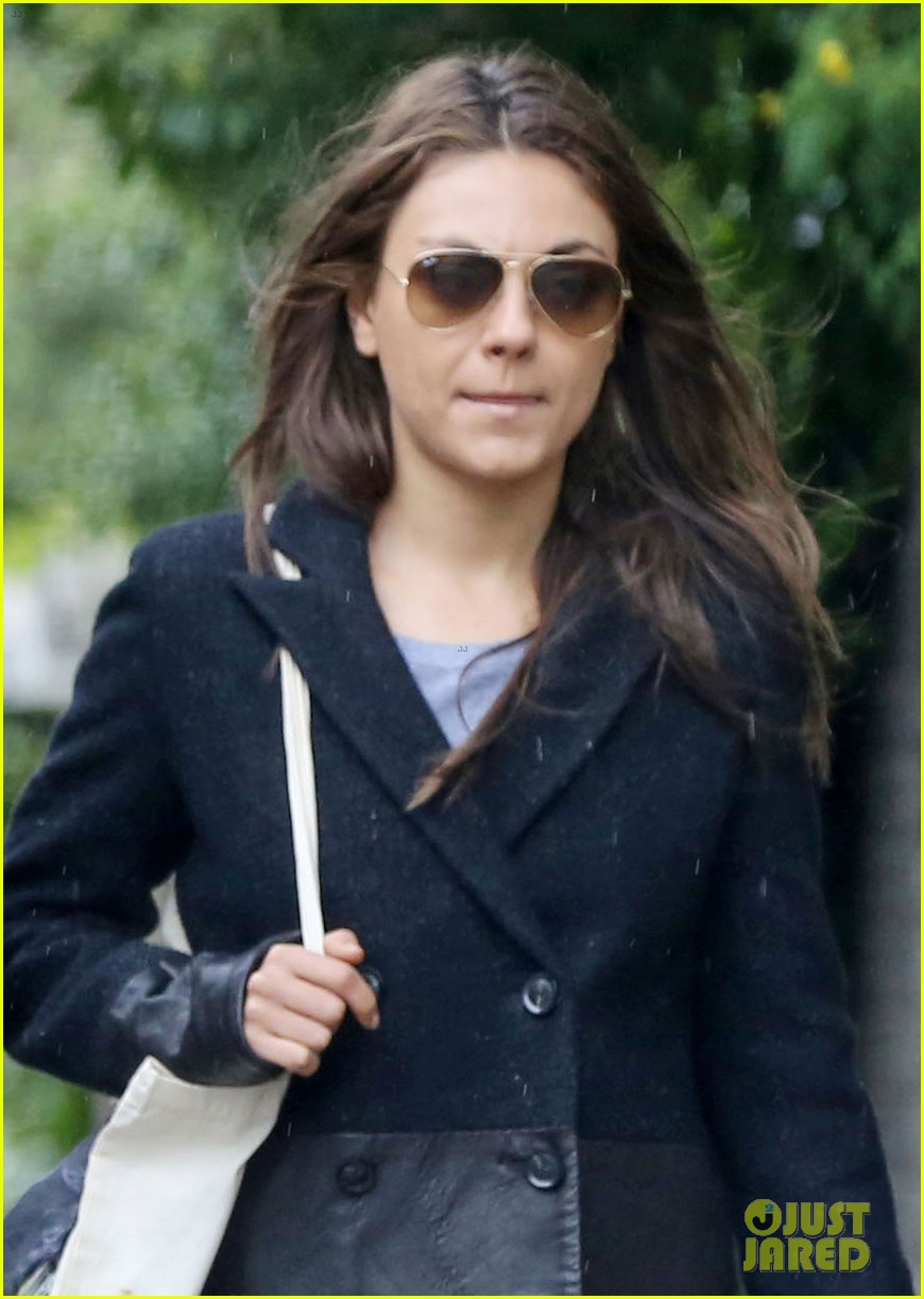 mila kunis rainy walk in london 042892294