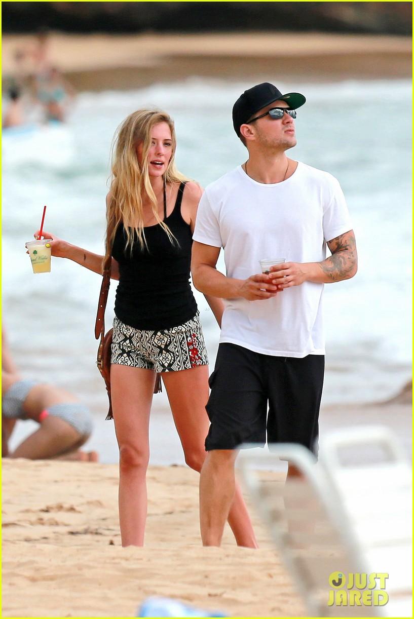 ryan phillippe hawaiian vacation with paulina slatger 062890525