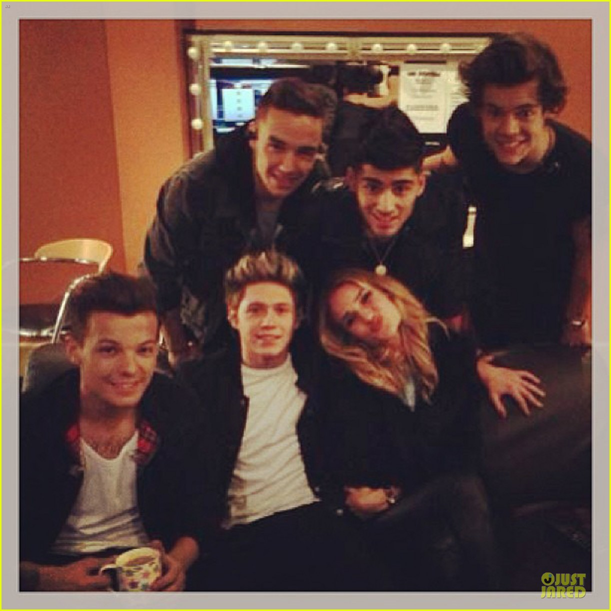 rosie huntington whiteley backstage with one direction 042900659