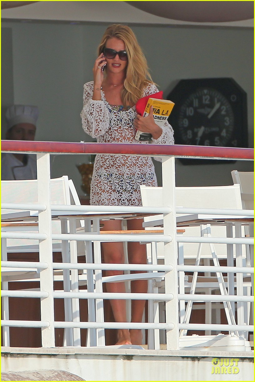 rosie huntington whiteley jason statham viva la madness bikini reading 01