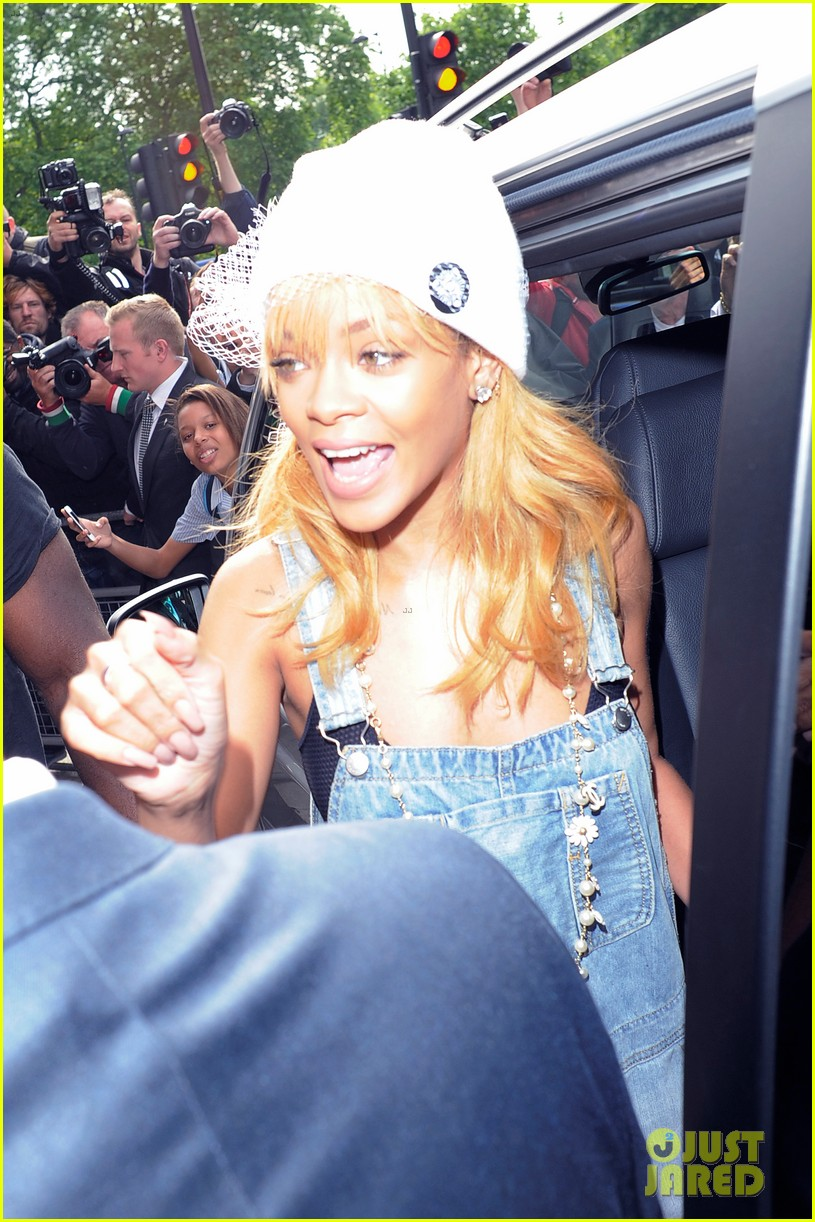 rihanna leaves hotel hand in hand with brother rajad 09