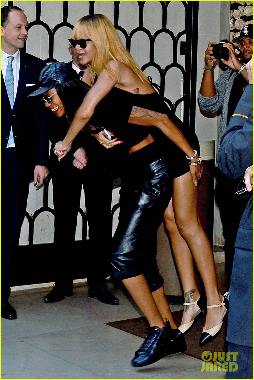 rihanna piggy back ride in paris 052884953