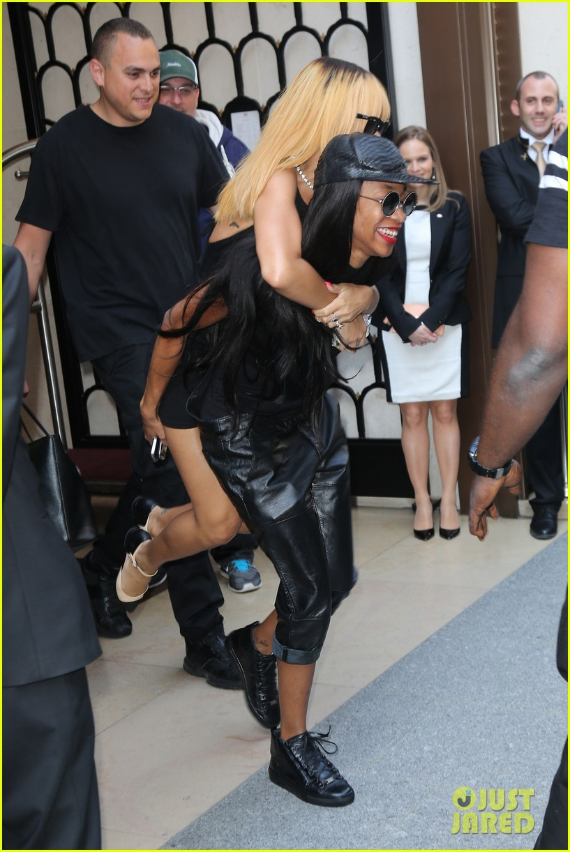 rihanna piggy back ride in paris 07