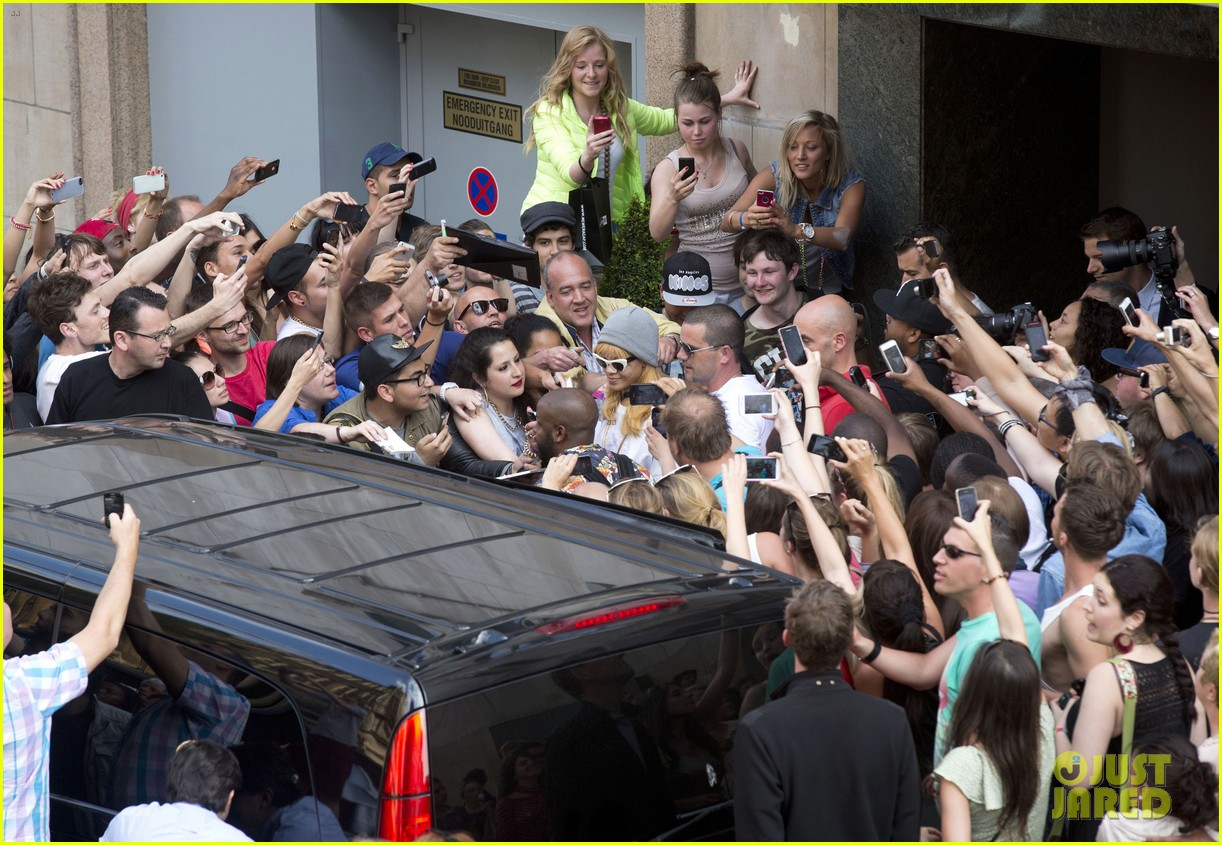 rihanna swarmed by fans at antwerp hotel 03