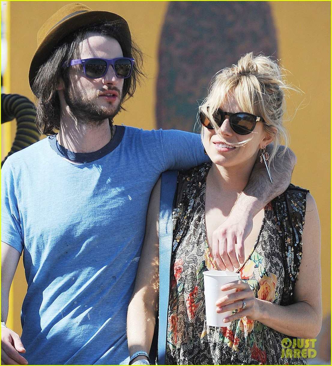 sienna miller tom sturridge glastonbury festival couple 062901174