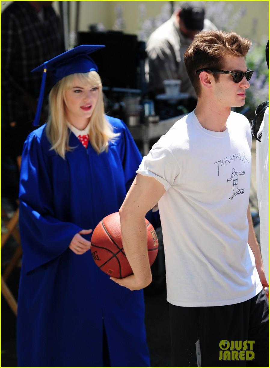 emma stone andrew garfield kiss at spider man graduation 03