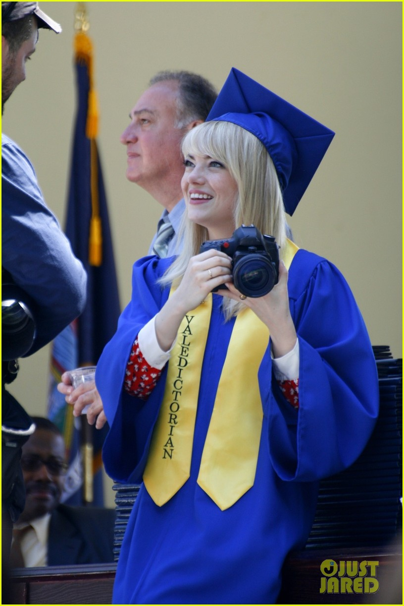 emma stone andrew garfield kiss at spider man graduation 06