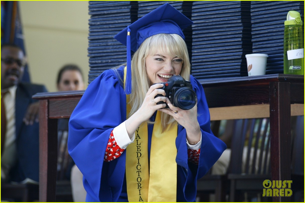 emma stone andrew garfield kiss at spider man graduation 07