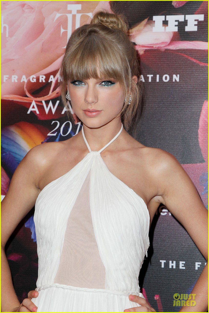 taylor swift fragrance foundation awards red carpet 04