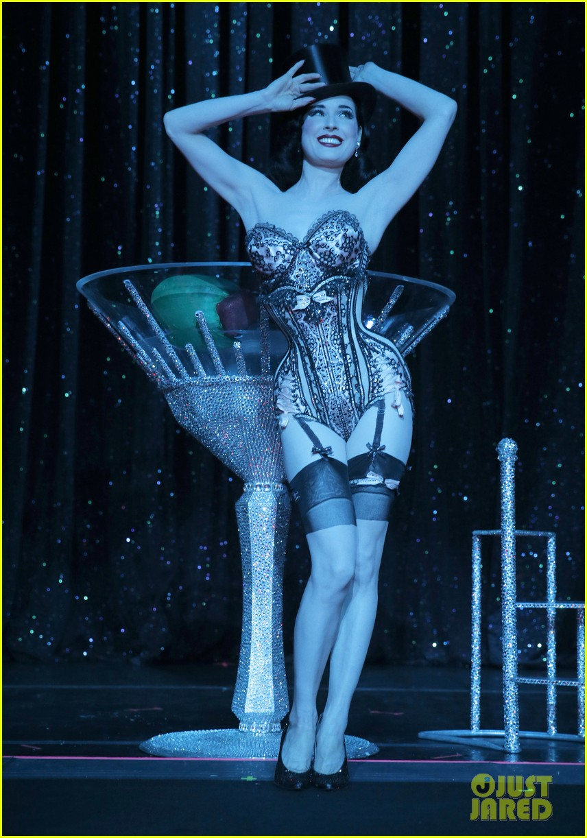 dita von teese strip strip hooray show exclusive pics 01