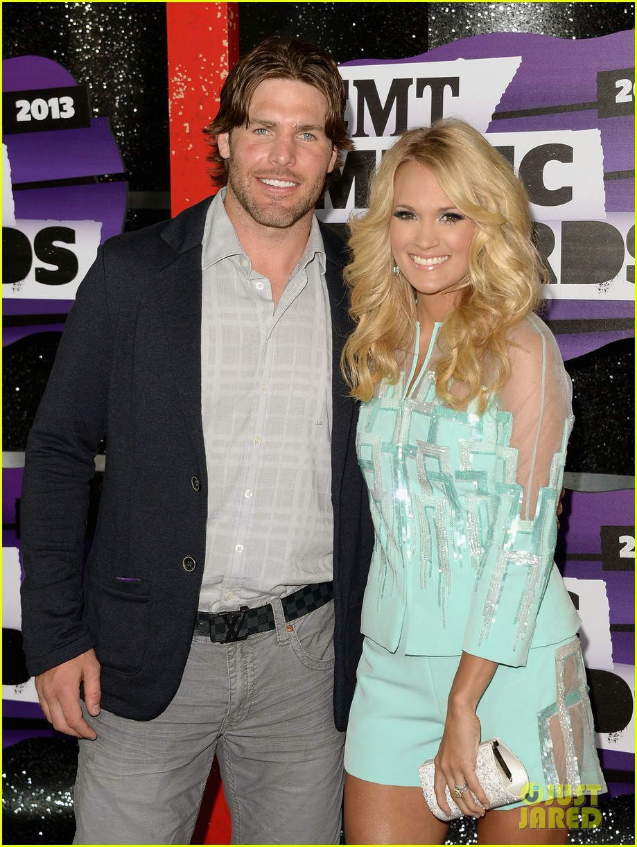 carrie underwood cmt music awards 2013 with mike fisher 10