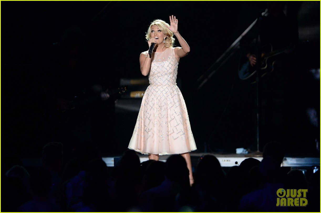 carrie underwood cmt music awards performance 2013 052885348