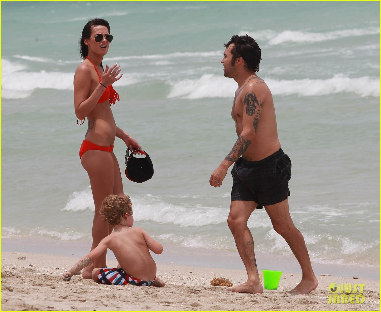 pete wentz shirtless beach day with bronx meagan camper 08