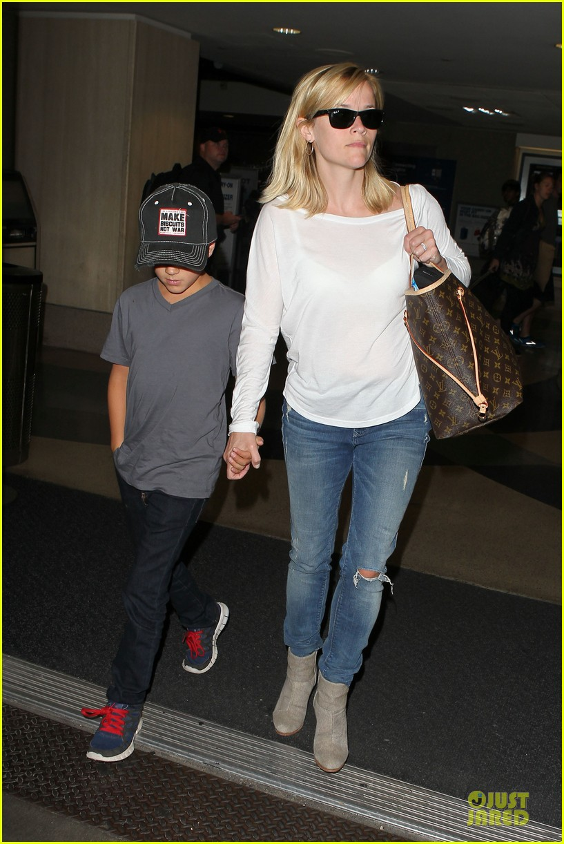 reese witherspoon deacon lax landing after fathers day  19