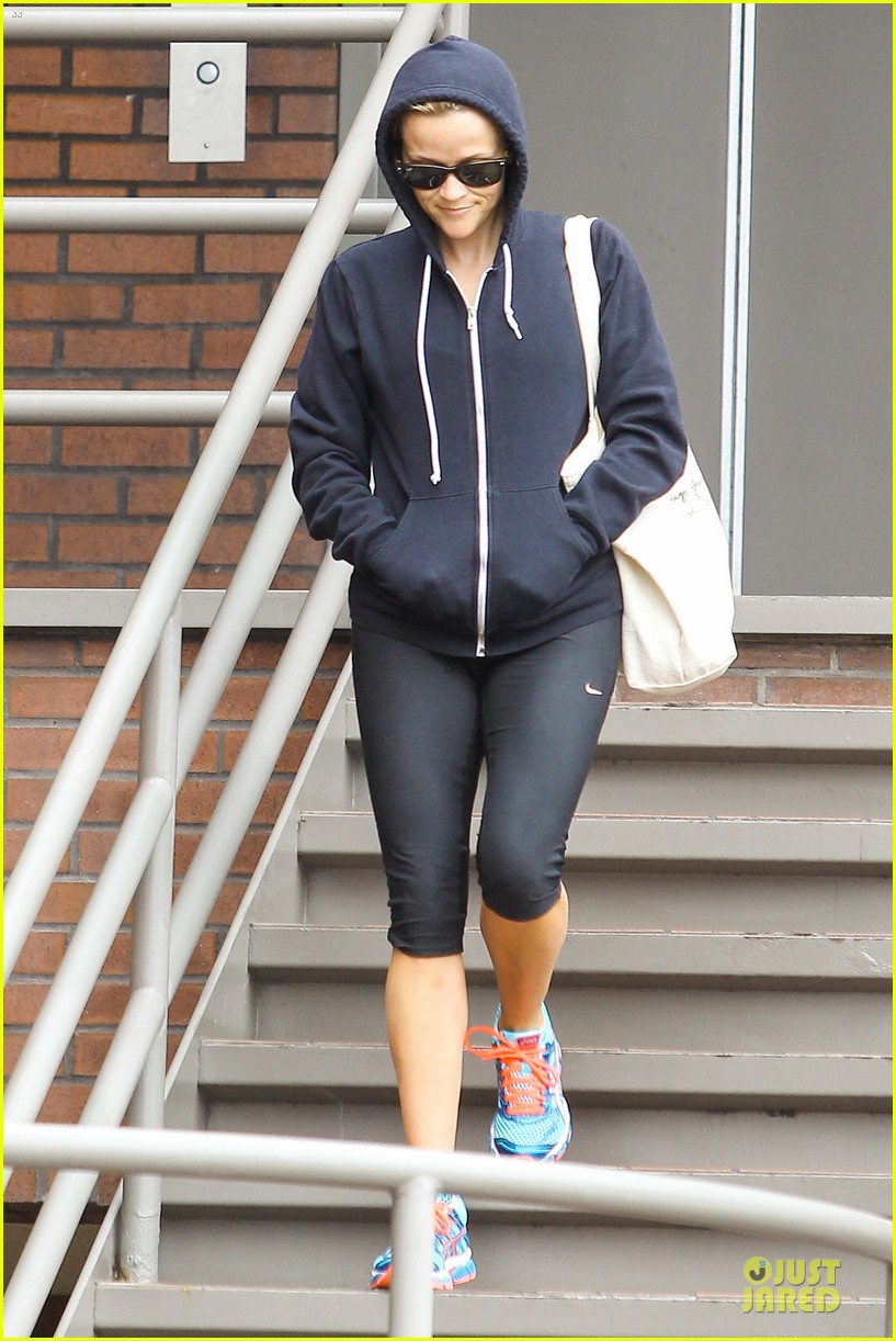 reese witherspoon retail therapy after morning workout 11