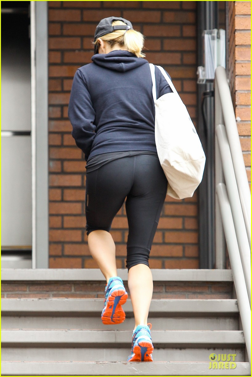 reese witherspoon retail therapy after morning workout 13