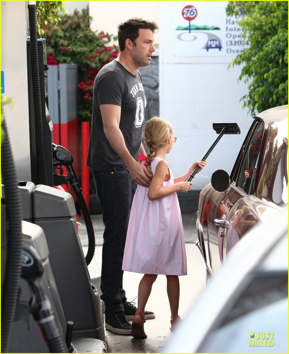 ben affleck violet work as one to clean car windshields 03