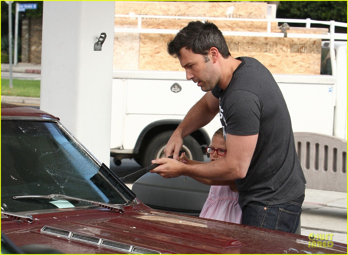 ben affleck violet work as one to clean car windshields 082915641