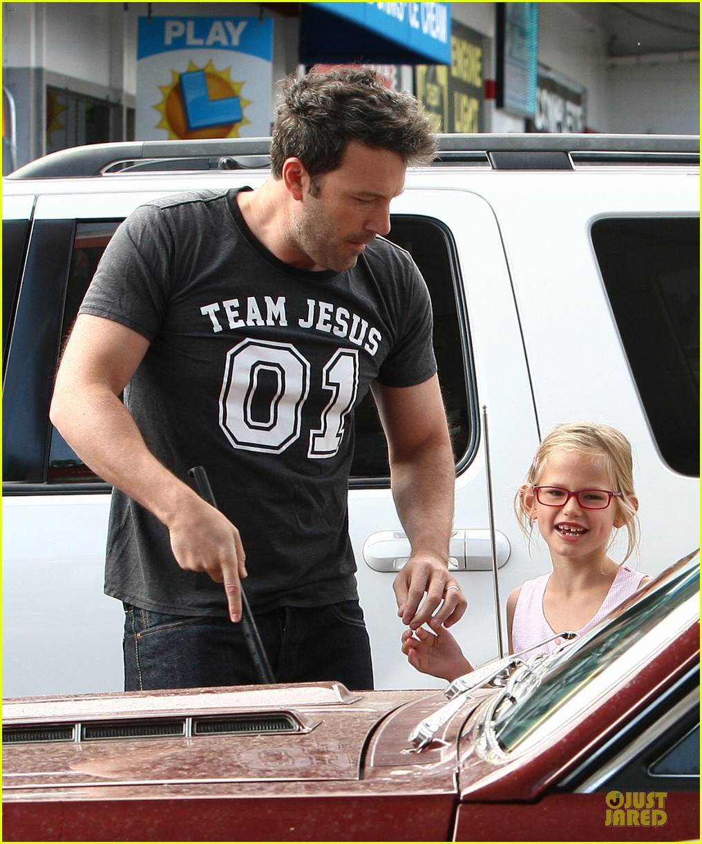 ben affleck violet work as one to clean car windshields 16