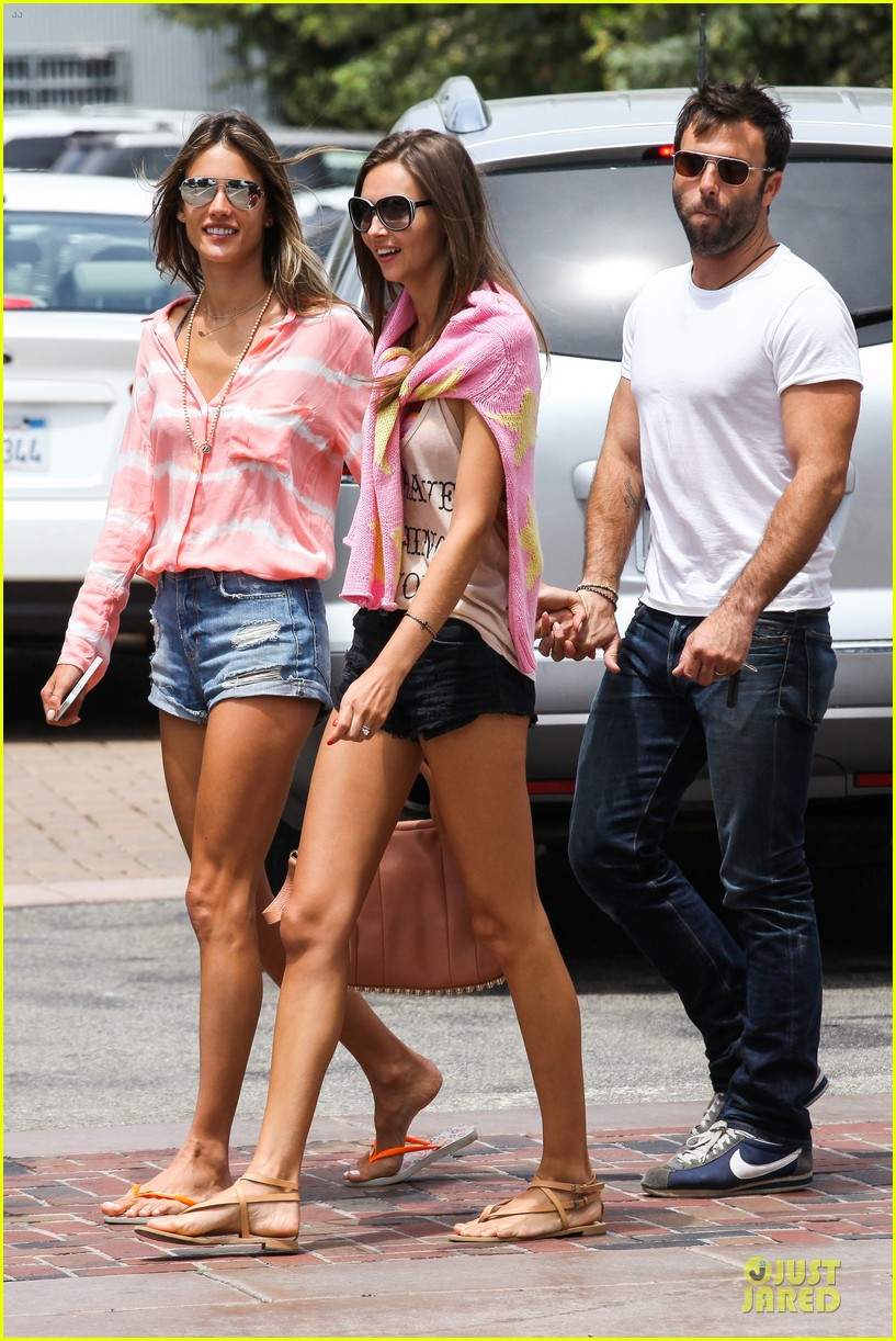 Full Sized Photo of alessandra ambrosio jamie mazur hold ... Alessandra Ambrosio