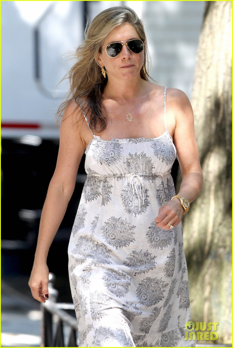 jennifer aniston continues squirrels to the nuts filming 02
