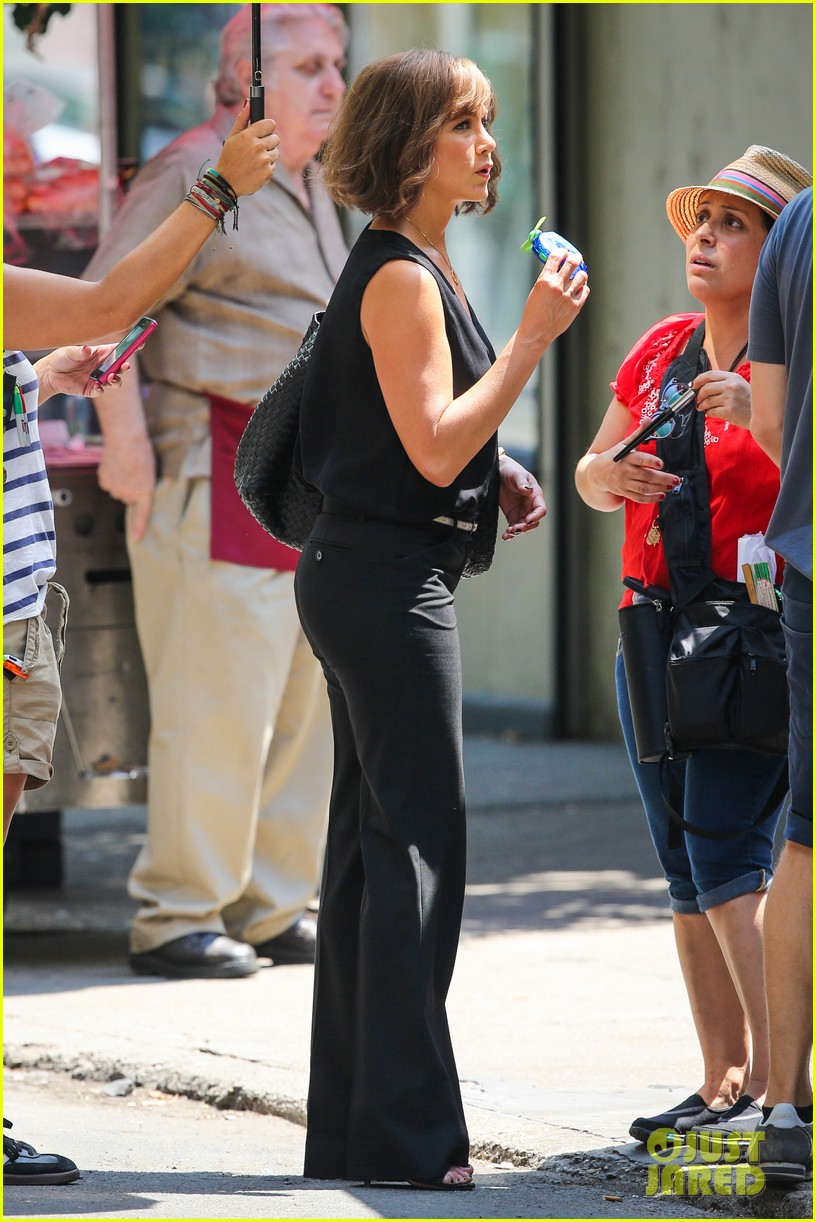 jennifer aniston walks dog gets justin theroux visit on set 082910955