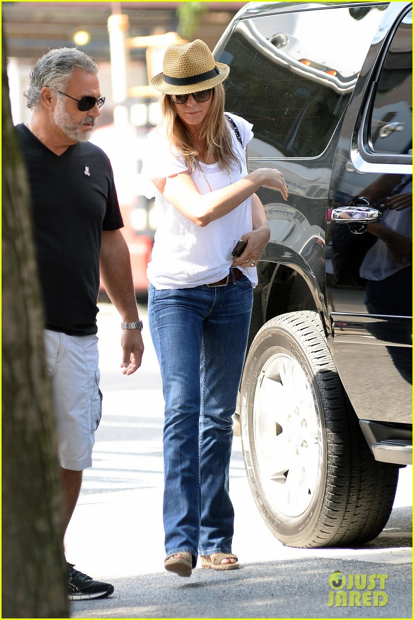 jennifer aniston squirrels to the nuts with rhys ifans 122921024