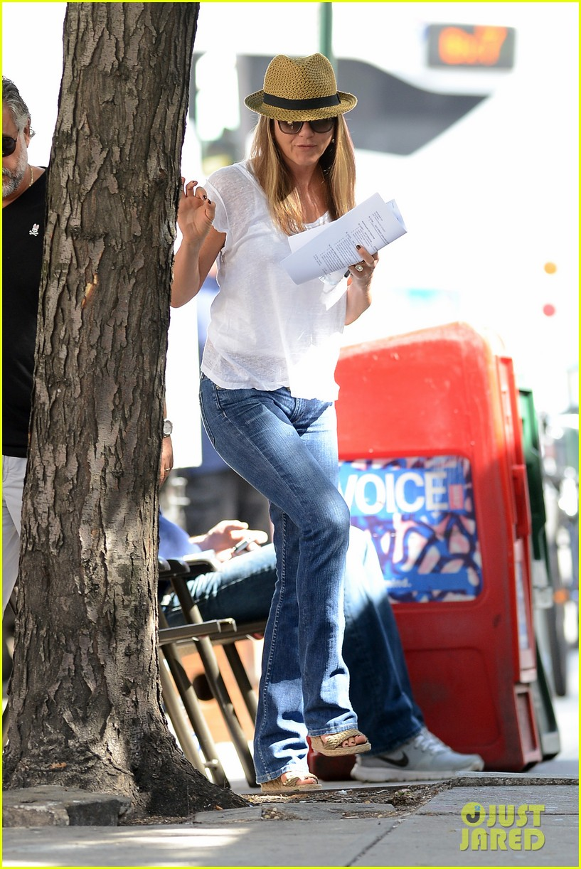 jennifer aniston squirrels to the nuts with rhys ifans 20