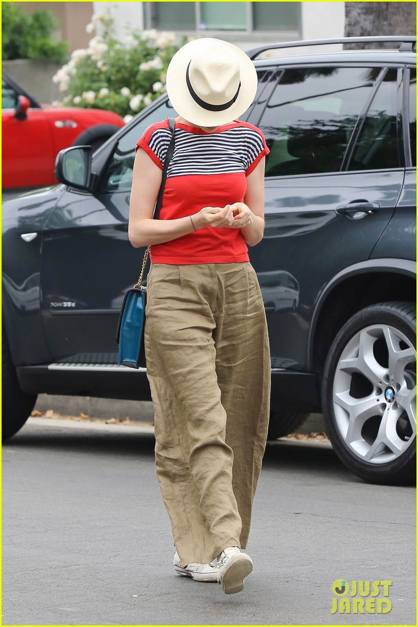 anne hathaway visits friends in beverly hills 242907682