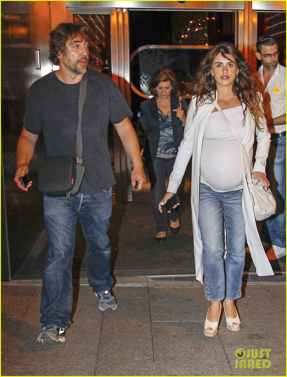 pregnant penelope cruz javier bardem dine out with family 03