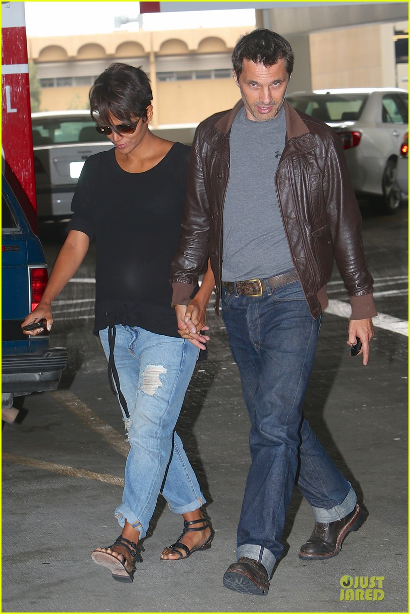 halle berry olivier martinez hold hands for baby checkup 132921123