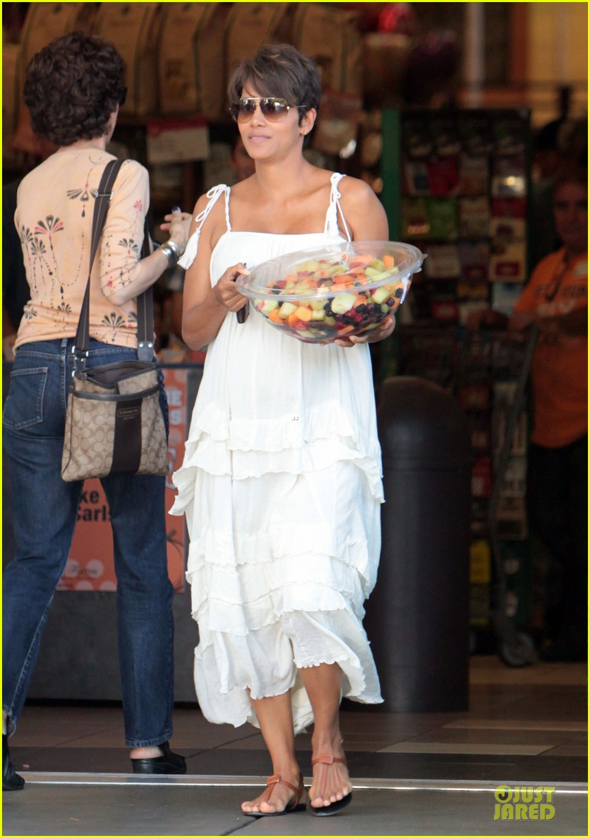 halle berry fruit salad pregnancy craving 07