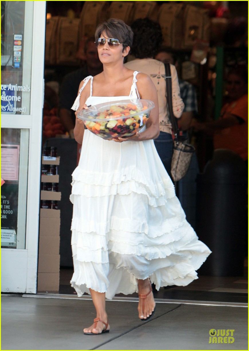 halle berry fruit salad pregnancy craving 08