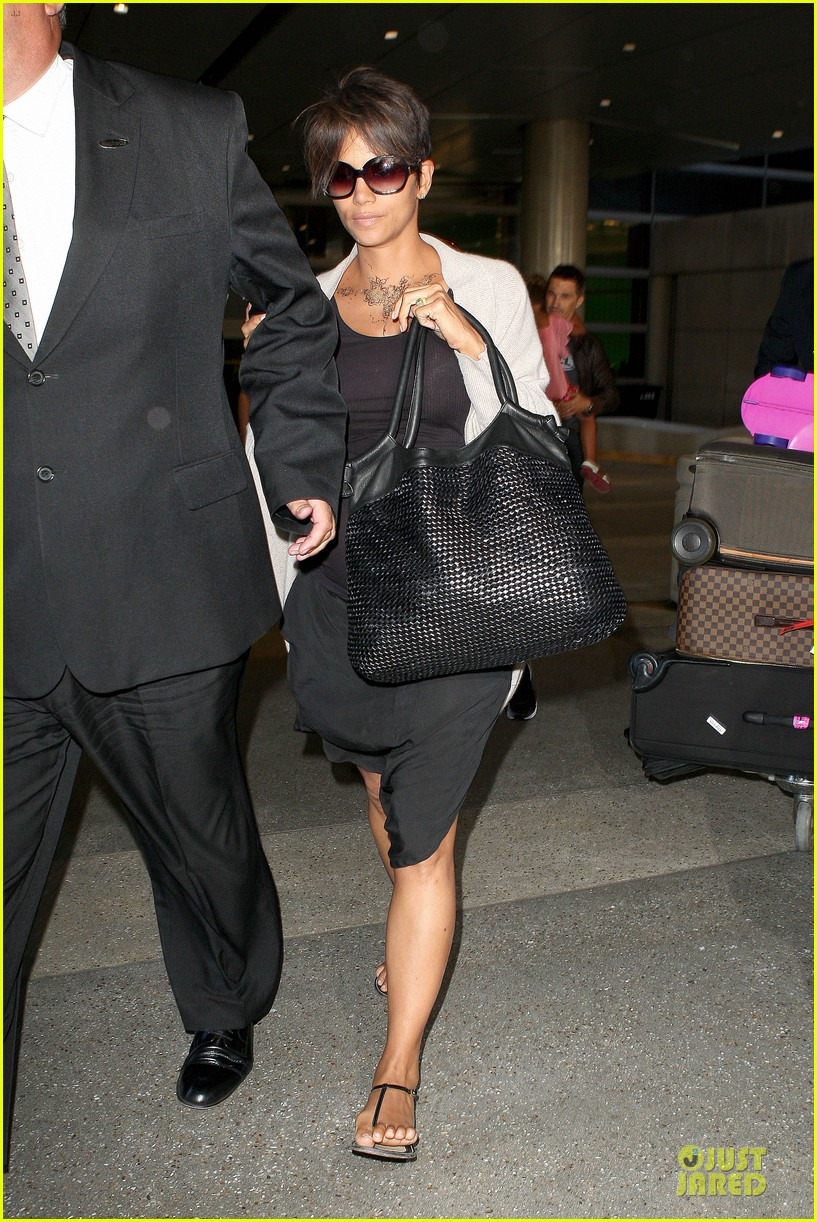 halle berry olivier martinez lax arrival after wedding 012910548