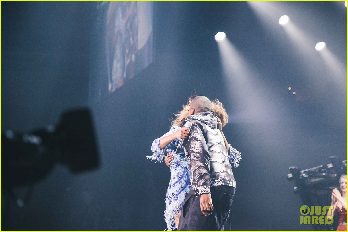 beyonce gets surprise kiss from jay z on mrs carter tour 06